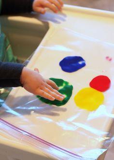 La peinture bébé sans tâches ! Quelques gouttes de gouache dans un sac congélation à zip