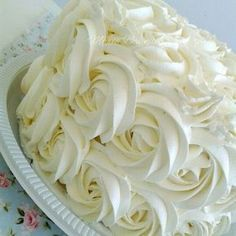 Chantininho, uma cobertura espetacular para dias mais quentes, pois não derrete e deixará seu bolo bem bonito e gostoso por causa do sabor do leite ninho.      CHANTININHO  Ingredientes  200 ml de Chantilly  3 colheres de sopa de açúcar de