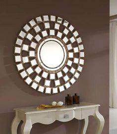 Espejos de forma redondeada con marco de espejo en forma de mosaico. Ideal para dar sensación de amplitud en estancias pequeñas.