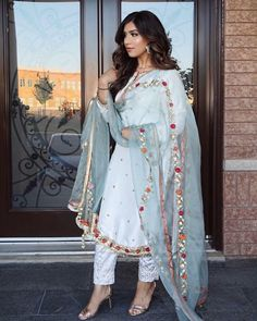 Source by dresses fashion Pakistani Fashion Party Wear, Pakistani Wedding Outfits, Indian Bridal Fashion, Indian Fashion Dresses, Dress Indian Style, Pakistani Dress Design, Pakistani Dresses, Indian Outfits, Punjabi Fashion