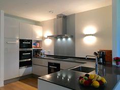 Keuken in U-vorm met Miele-apparatuur. Ondanks dat de keuken niet heel groot is, biedt het meer dan genoeg mogelijkheden dankzij de indeling. Keukendealer: www.wildhagen.nl