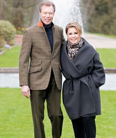 The Grand Ducal Court of Luxembourg has published a series of new photographs of the Grand Duke Henri and Grand Duchess Maria Teresa of Luxembourg. Grand Duke and Grand Duchess are shown in the gardens of one of their homes. (The photos were taken by Lola Velasco).