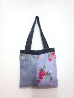 bolsa feita com sobras de calça de jeans e tecido florido