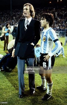 Cesar Luis Menotti y Daniel Passarella Argentina Football Team, International Football, World Football, Vintage Football, Yesterday And Today, Big Men, Fifa World Cup, Poses, South America