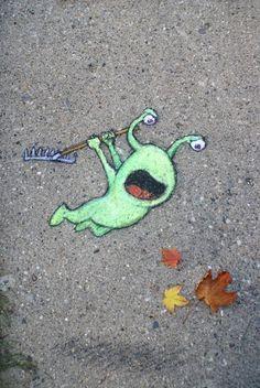 Der Straßenkünstler David Zinn verewigt sich regelmäßig auf Straßen und an Wänden, meist mit dabei sein kleiner, grüner Freund Sluggo. Auch in diesem Artikel...