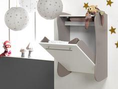 La table à langer murale tend de plus en plus à séduire les jeunes parents qui sont d'une part en quête de beaux meubles enfants, mais aussi d'un gain de place. ChabreKids et SOFAMO ont décidé de vous séduire avec cette belle table à langer murale, couleur lin.