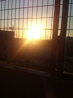 若干乗り過ごしたりしつつ、最寄り駅に着くといつも初日の出のタイミンブ