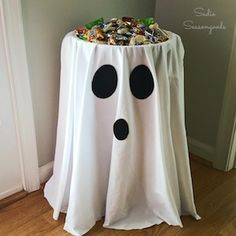 DIY Halloween decorations and party ideas for kids. Easy cheap Halloween party snacks for kids. Spooky fun ideas for budget-friendly Halloween parties. Table Halloween, Halloween Candy Bowl, Soirée Halloween, Adornos Halloween, Manualidades Halloween, Holidays Halloween, Halloween Sewing, Easy Halloween Decorations Diy, Decoration Crafts