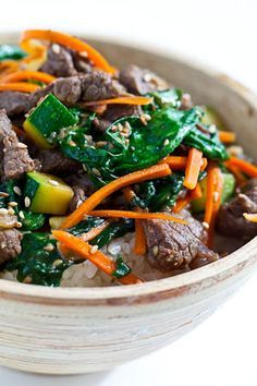 Korean beef rice bowl with garlic, zucchini, ginger, spinach leaves, and brown sugar. This may convince josie to eat salad 😍 Asian Recipes, Beef Recipes, Cooking Recipes, Healthy Recipes, Indonesian Recipes, Orange Recipes, Korean Beef, Korean Food, Korean Rice