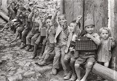 Melissa (Crotone), 1950. Bambini che salutano col pugno chiuso. In seguito alla decisione comune presa in una riunione della locale sezione PCI, i braccianti raccomandavano ai figli di salutare con questo gesto tutti gli operatori fotografici e cinematografici.    #TuscanyAgriturismoGiratola