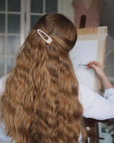 To have beautiful curls in good shape, your hair must be well hydrated to keep all their punch. You want to know the implacable theorem and the secret of the gods: Naturally curly hair is necessarily very well hydrated. Hair Inspo, Hair Inspiration, Hair Balm, Aesthetic Hair, Aesthetic Outfit, Aesthetic Fashion, Grunge Hair, Pretty Hairstyles, Everyday Hairstyles