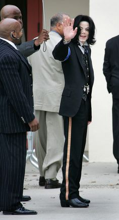 Image from http://www4.pictures.gi.zimbio.com/Michael+Jackson+Case+Continues+-wkNBAP_AjFl.jpg.