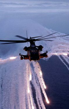 A pave low shooting flares. Wonder if it's one of the Hurlburt field birds? Military Helicopter, Military Aircraft, Military Drawings, Military News, Navy Aircraft, Mundo Comic, Fire Powers, Military Equipment, Aircraft Carrier