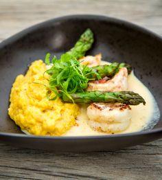 Aprenda essa receita deliciosa de lagostins ao molho de champanhe, acompanhada por purê de banana da terra e aspargos