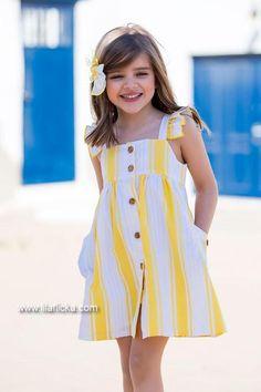 Compra vestido a rayas amarillas y blancas con botones de Kids Chocolate en Lila Flicka online. Baby Summer Dresses, Dresses Kids Girl, Baby Dress, Kids Outfits, Baby Clothes Patterns, Dress Patterns, Kids Frocks Design, Cotton Frocks, Half Saree Designs