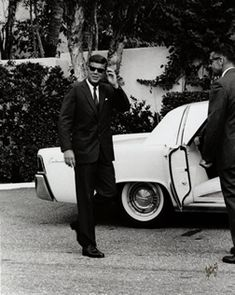 1963. 17 Novembre. JFK Enjoying the still, cloudless weather which was unusual for that time of year in Palm Beach, JFK continued his weekend visit in Palm Beach. Four days later, JFK boarded Air Force One for a quick trip to Texas