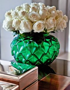 Wonderful green glass vase and white roses are uplifting. I'd love it in the emerald room. White Rose Flower, White Roses, Rose Flowers, Flowers Vase, Green Rose, Art Deco Interior Bedroom, Bedroom Art, Vase Transparent, Vase Design