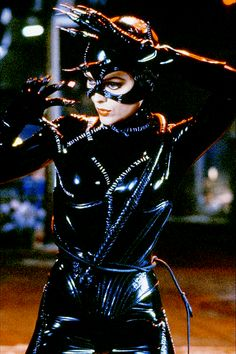 "Michelle Pfeiffer as Catwoman in Tim Burton's ""Batman Returns"" with costume design by Bob Ringwood and Mary Vogt. The latex provides Pfeiffer with an athletic, modern but fetishized look most appropriate for Burton's dystopian Gotham aesthetic. Catwoman Cosplay, Cosplay Gatúbela, Batman Und Catwoman, Cosplay Anime, Catwoman Film, Catwoman Suit, Catwoman Character, Cosplay Costumes, Halloween Costumes"