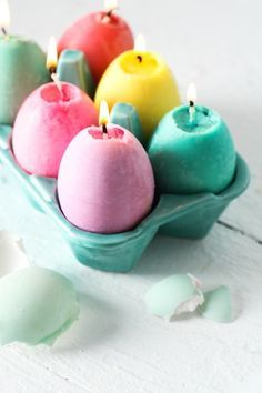 Now I know what to do with all those broken crayons. Follow this Easter DIY tutorial to make a dozen pastel-hued egg candles.