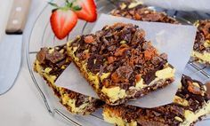 These Girl Scout Cookie Tagalong Cake Bars are to die for. Soft and moist cake bars topped with melty chocolate peanut butter goodness. Girl Scout Cookies Recipes, Cookie Recipes, Dessert Recipes, Drink Recipes, Yummy Recipes, Cake Bars, Dessert Bars, Somoa Cake, Easy Desserts