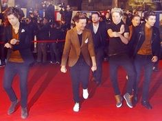 The boys doing Gangnam Style.. hahahaha Niall....then we have Harry being very serious and making sure he does it right lol