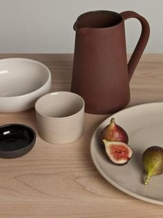 This is J | au natural| We adore this colour palette and beautifully crafted ceramic items. This would be perfect for a cozy fall brunch or thanksgiving! #dinnerparty #ceramics