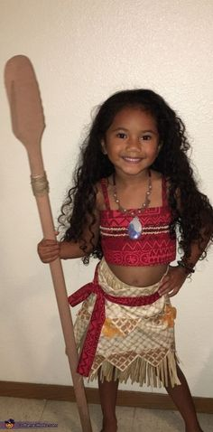 Rule the seas in this DIY Moana kid's Halloween costume. Moana Costume Diy, Moana Halloween Costume, Halloween Costume Contest, Halloween Kostüm, Family Halloween, Diy Costumes, Halloween Costumes For Kids, Costume Ideas, Moana Costumes