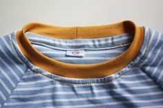 Tutorial: Halsausschnitt versäubern bei Jersey-Oberteilen Sewing Hacks, Sewing Tutorials, Sewing Tips, Make Beauty, Needle And Thread, Leo, Upcycle, Kids Fashion, Clothes