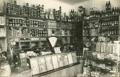Interieur van de winkel van Cornelis Suijker, Warande 99, hoek Schoolstraat