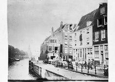 De Sint Antoniesluis, kijkend in de richting van de Oudeschans. Naast de sluis staan het Goslerhuisje en andere huizen aan de Joden Houttuinen.