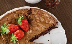Brownie inteiro de chocolate com morango - Ingredientes  190g de chocolate de boa qualidade picado 120g de manteiga sem sal 190g de farinha de trigo 3 ovos inteiros 230g de açúcar mascavo 150g de morangos frescos picados 50g de avelãs picadas 1 pitada de sal 1 pitada de fermento em pó