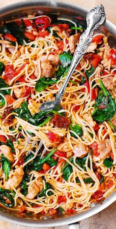 Tomato Spinach Chicken Spaghetti – this recipe features pasta, fresh tomatoes, sun-dried tomatoes, f Summer Pasta Recipes, Spaghetti Recipes, Easy Chicken Recipes, Easy Dinner Recipes, Easy Meals, Chicken Spinach Pasta, Spaghetti Spinach, Pasta Spaghetti, Chicken Spaghetti Pasta Recipe