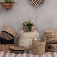 Το Καλάθι Pontense είναι ένα εξαιρετικά πρακτικό αντικείμενο, που θα σας βοηθήσει να αποθηκεύσετε τα πράγματα, που είναι σκορπισμένα εδώ και εκεί μέσα στον χώρο σας. Η ποιοτική του κατασκευή το καθιστά ανθεκτικό στην έντονη χρήση. Το καλαίσθητο design του θα εναρμονιστεί με την διακόσμησή σας. Wicker Baskets, Crock, Vase, Furniture, Home Decor, Decoration Home, Room Decor, Home Furnishings, Vases