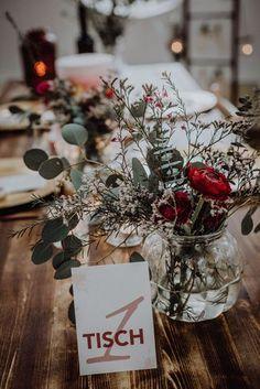 Boho wedding, table decoration with dark red (Photo: B.ICHTET Fotografie) - - Boho Hochzeit, Tischdekoration mit Dunkelrot (Foto: B.ICHTET Fotografie) Boho wedding, table decoration with dark red (Photo: B. Boho Wedding, Wedding Table, Wedding Flowers, Wedding Dresses, Tulle Wedding, Diy Pinterest, Decoration Table, Dark Red, Bordeaux