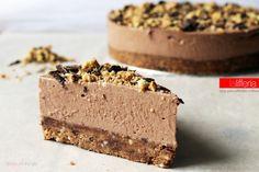 La cheesecake con ricotta e cioccolato fondente è un dolce goloso, che trascina le vostre papille in un vortice di sapori e consistenze squisite! Yummy!