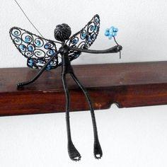 http://www.simira.cz/dekorativni-predmety/zimni-poletuska-dekorace-zima-modra-drat-plastika-bila-zaves-motylek-zimni-dratovani-perlicky-kridla-mraz-figurka-postavicka-dratenictvi-mrazive-poletuska-tvarna-205521