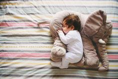 See so cute - baby with his stuffed animal So Cute Baby, Baby Kind, Cute Kids, Cute Babies, The Babys, Foto Newborn, Newborn Photos, Foto Baby, Everything Baby