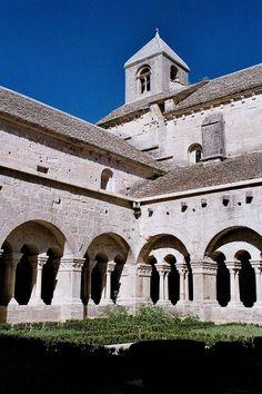 Le cloitre de l abbaye de senanque gordes guide touristique du vaucluse paca