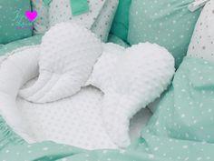 Líbí se vám tato kombinace? Pak v našich jedinečných konfigurátorech při objednávání výrobků zvolte bavlnu Hvězda bílá 2-10 mm na mentolové, bavlnu Hvězda šedá 2-10 mm na bílé a minky bílou! ♥ Rádi stejnou sadu ušijeme i vám. :-) Výrobky na fotce: hnízdečko pro miminko, rychlozavinovačka, povlečení, polštářkový mantinel, stabilizační polštářek pod hlavičku ve tvaru andělských křídel