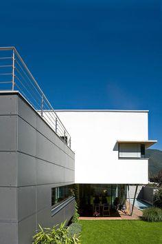 Mehrfamilienhaus in Flaurling - Tirol:  150 m²  + 50 m² Einliegerwohnung | Holzbau | Passivhaus| ⓒ Planung: Melis + Melis | Architekturbüro. Mehr Informationen finden Sie auf unsere website melisplusmelis.com Hall In Tirol, Outdoor Spa, Driveways, Solar Installation