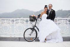 ¡Nos gustan los novios en bicicleta!... y más en una ciudad como San Sebastian  {Foto, Marga Gómez}