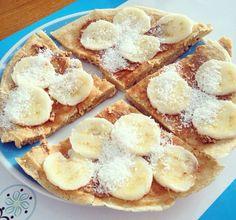 Pizza fit: banana amassada para a massa, whey de baunilha, ovo, claras, farinha de arroz e canela. Cobertura: pasta de amendoim, o restante da banana e coco.