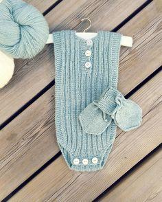 Hjemmestrikket body i fargen akvamarin. Oppskriften (1902) finnes på løsark, i boken 'Strikk til nøstebarn' og i 'Nøstestrikk Baby'. Knitting Patterns Free, Free Knitting, Baby Knitting, Diy Projects To Try, Knit Crochet, Children, Baby Knits, Image, Fashion
