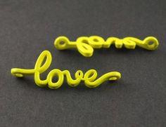 1 Connecteur / Breloque LOVE / Jaune Fluo de 40mm : Cœur, amour par breloques-clous-et-compagnie