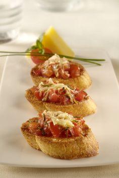 Comparte esta receta de Bruschetta de tomate al oliva, fácil y rápida. Una preparación ideal para adornar tu mesa en momentos especiales.