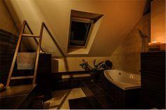 Nowoczesna łazienka znajdująca się w Jasienicy. Właściciele zadbali o każdy detal, dzięki czemu wygląda imponująco nawet po zmroku.