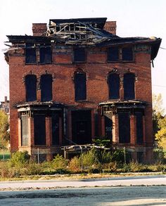 Imagine how beautiful this was when brand new. The day the first family moved in. <sigh> Now, abandoned in Brush Park, Detroit, MI. Detroit Ruins, Abandoned Detroit, Old Abandoned Buildings, Abandoned Mansions, Old Buildings, Abandoned Places, Abandoned Castles, Haunted Places, Spooky Places