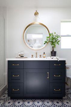 Como usar a cor azul marinho na decoração do banheiro.