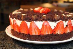 leckere und frische Erdbeere-Schokotorte mit Joghurtcreme