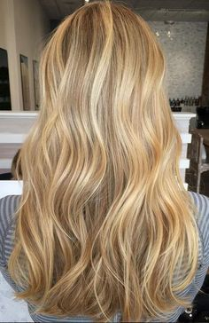Caramel and blonde balayage hair color 2018 for short, long, medium length hair, pictures of honey blonde and copper blonde balayage hairstyles for fine straight hair, thick and thin curly hair Gold Blonde, Golden Blonde Hair, Honey Blonde Hair, Blonde Color, Honey Golden Hair, Carmel Blonde Hair, Yellow Blonde Hair, Baby Blonde Hair, Sandy Blonde